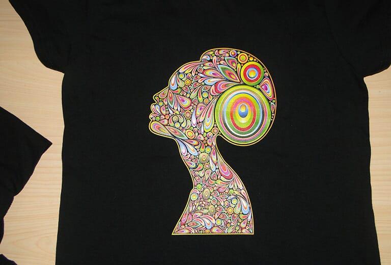 Échantillon d'impression de t-shirt noir par l'imprimante de t-shirts A2 WER-D4880T