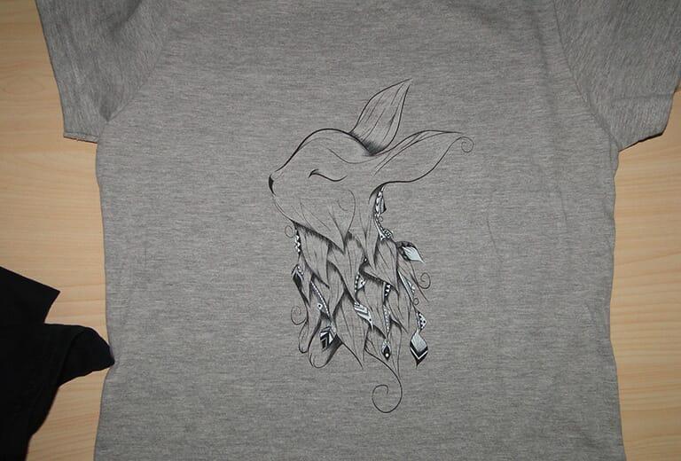 Échantillon d'impression de t-shirts gris par l'imprimante de t-shirts A2 WER-D4880T